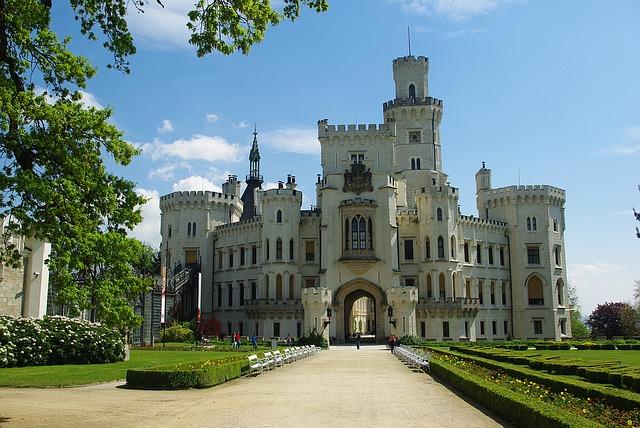 Za pověstmi našich hradů a zámků