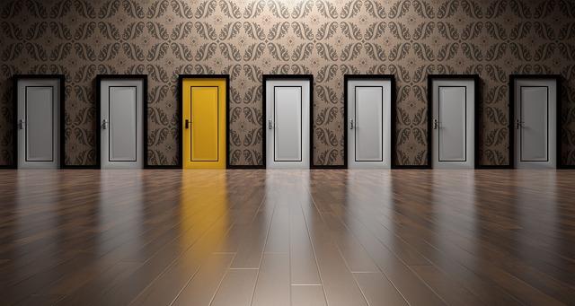 bílé a žluté dveře