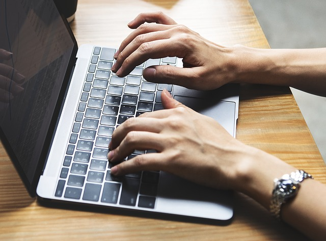 klávesnice a ruce