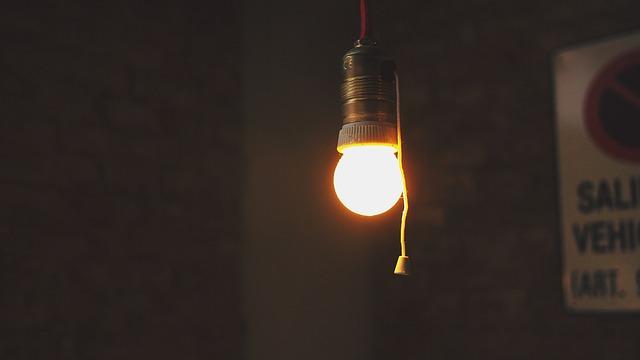 svítící žárovka se šňůrkou