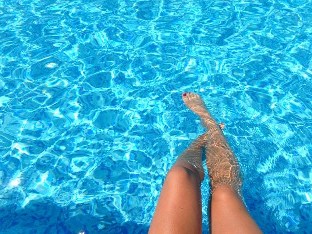 nohy v bazénu